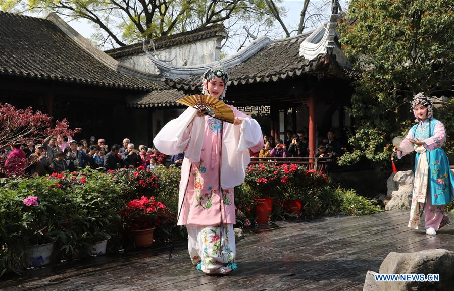 Tourists enjoy Qingming Festival holidays at various scenic spots across China
