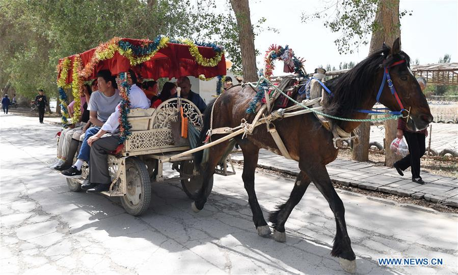 Daolang scenic spot in Xinjiang attracts visitors during Labor Day holiday