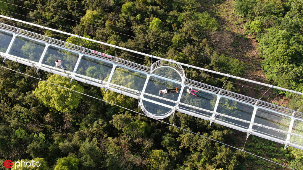 Visitors brave breath-taking 500-meter-long glass bridge in E China