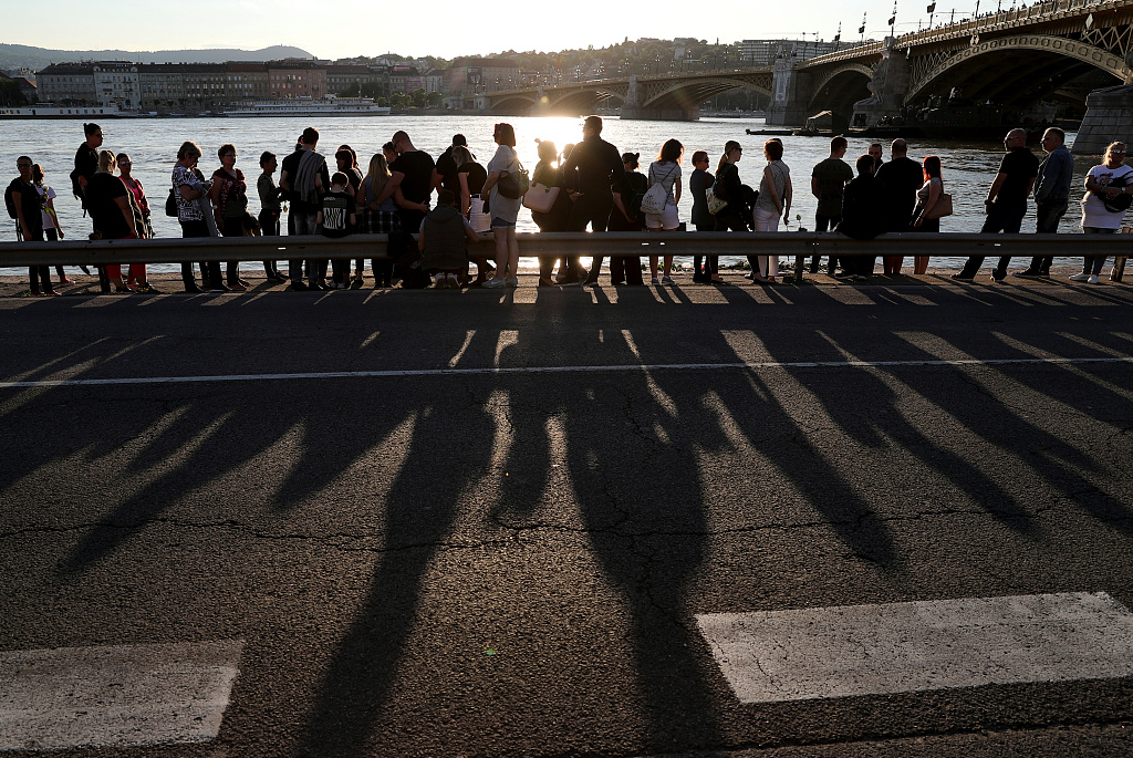 People mourn for the dead in Hungary boat accident