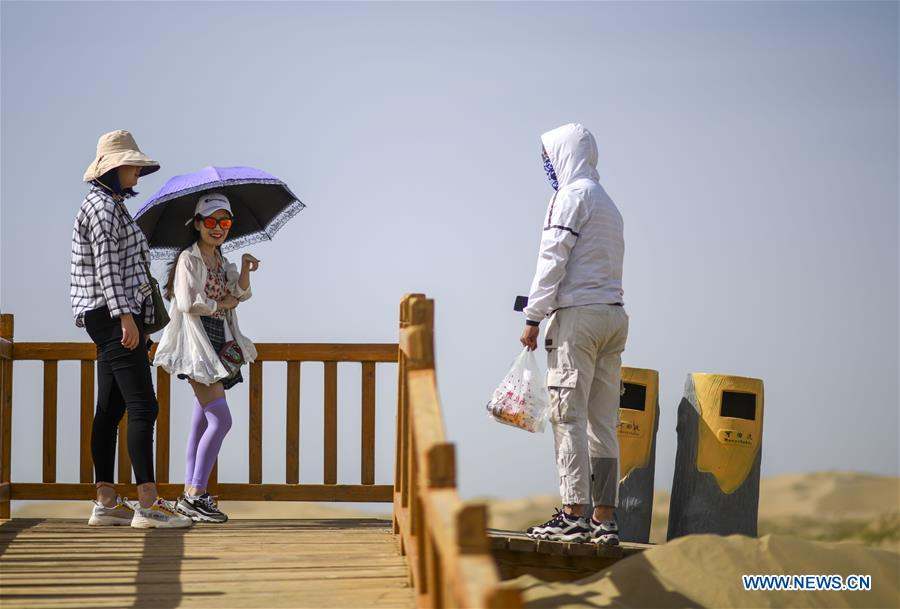 Natural scenery and ethnic culture attract tourists to Xinjiang
