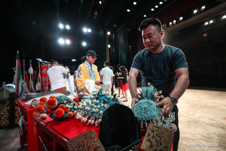 Guests of Summer Davos invited to experience art of Peking Opera