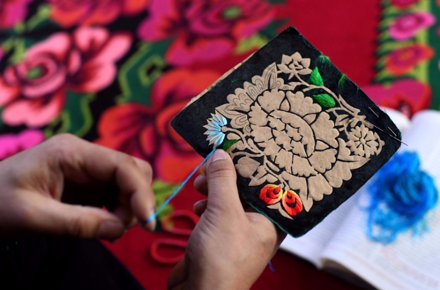 Traditional embroidery enriches Xinjiang city