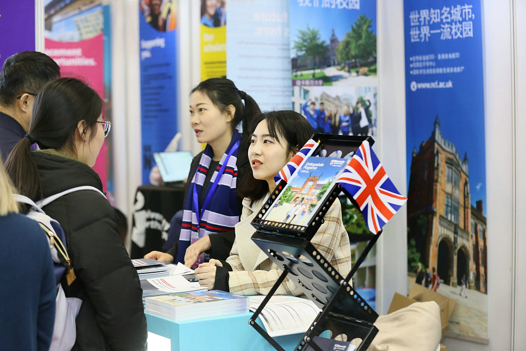 Chinese students' applications to UK universities soar 30 pct