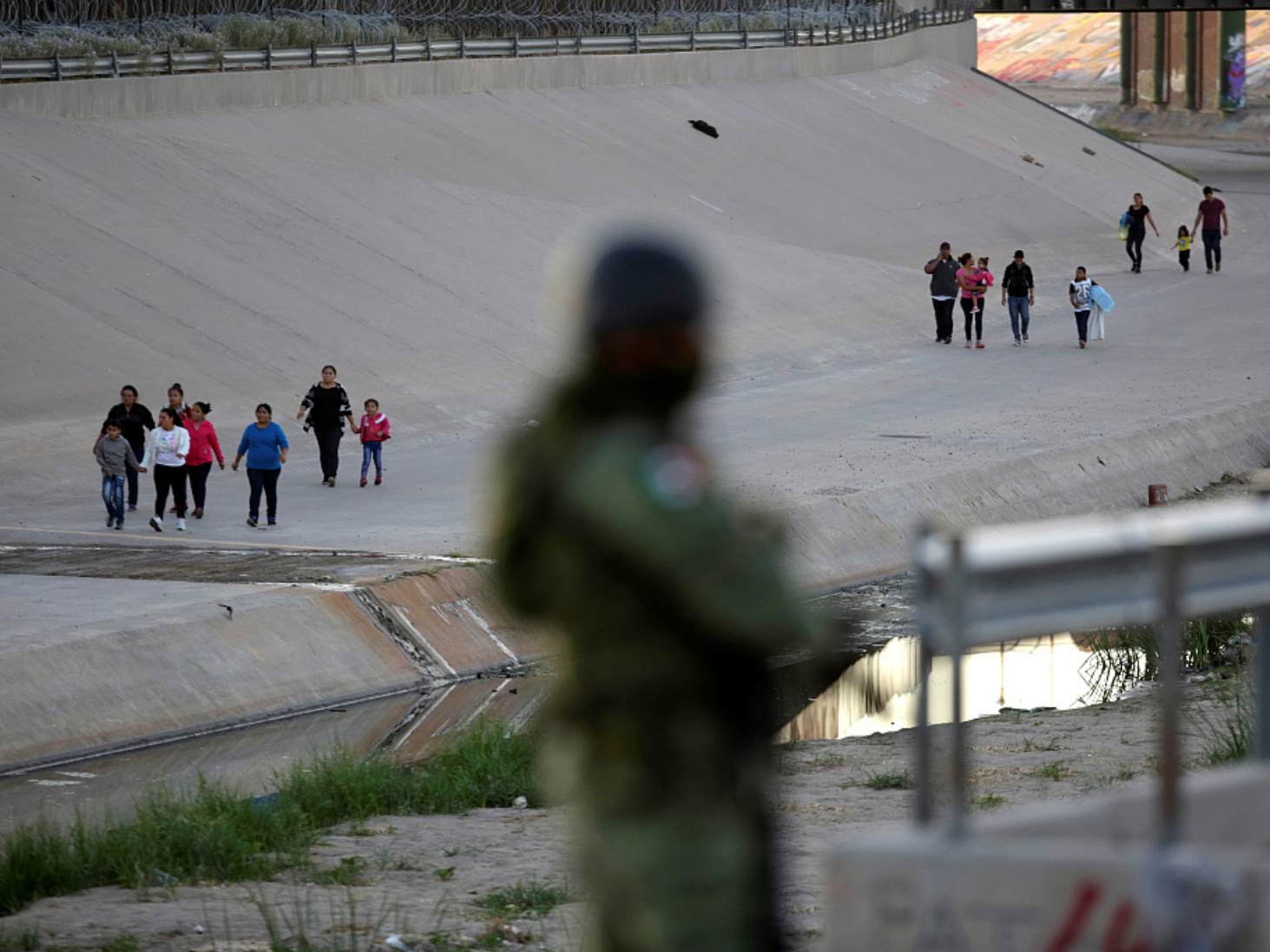 As migrants wait in fear, no sign of large-scale US raids