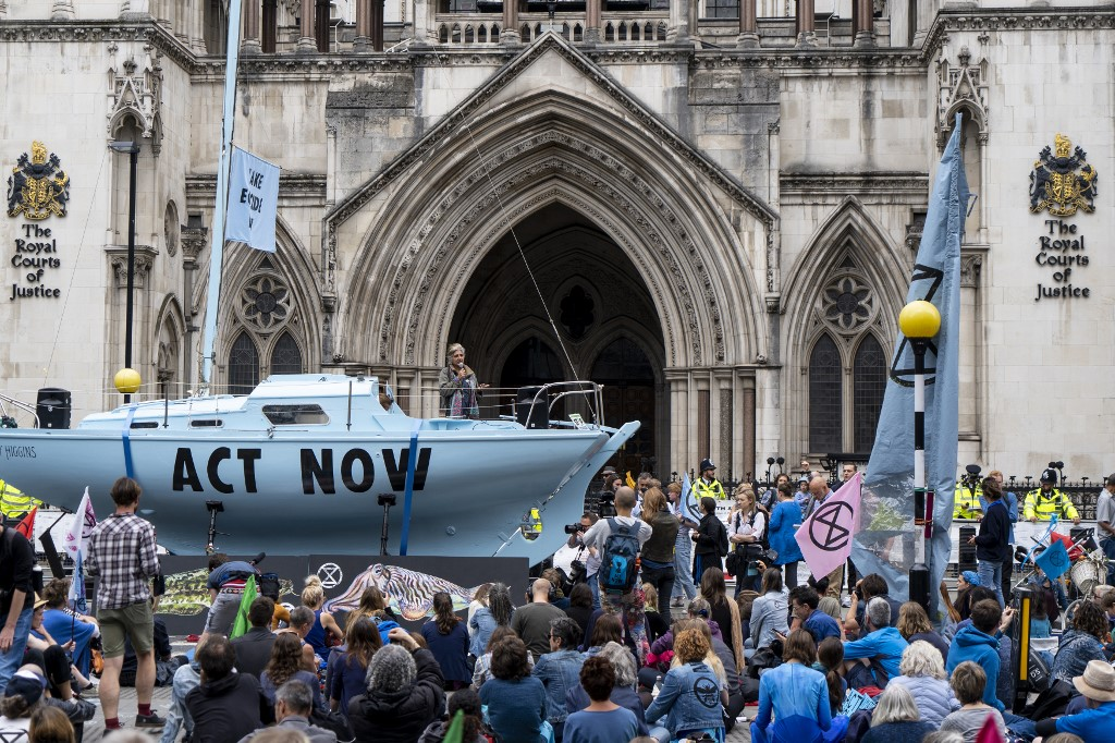 Activists block UK roads in new climate-change protests