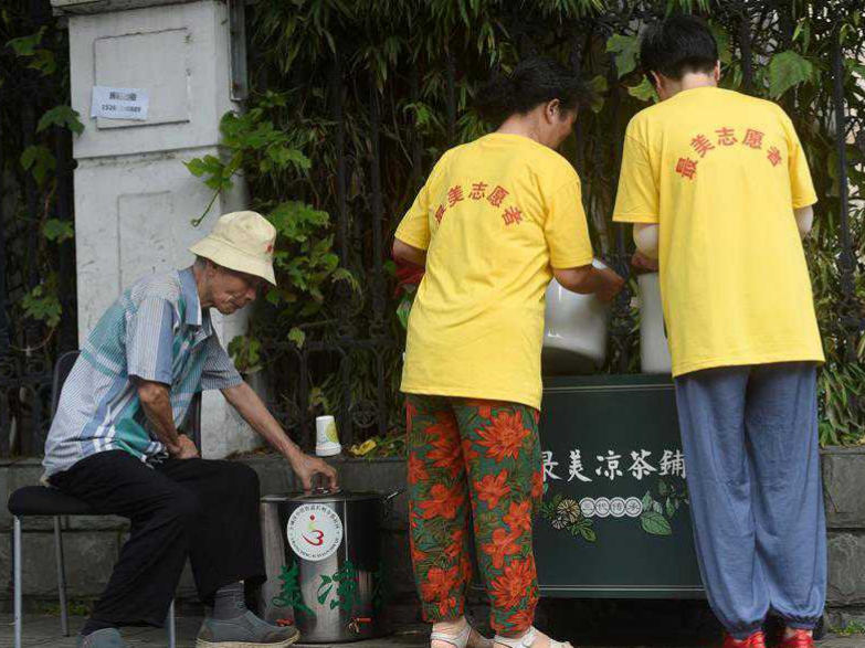 81-year-old man offers free herbal tea during summer time in Hangzhou