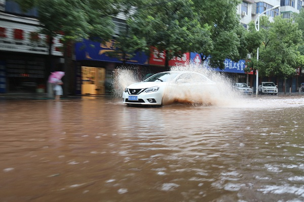 Heavy downpours hit tourism industry in south China