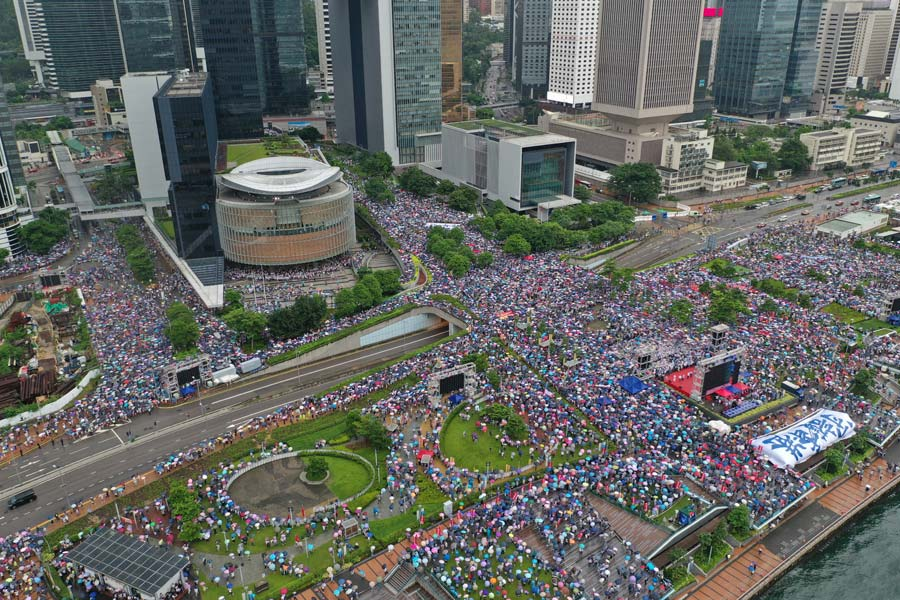 316,000 rally in HK in support of police, seek end to violence
