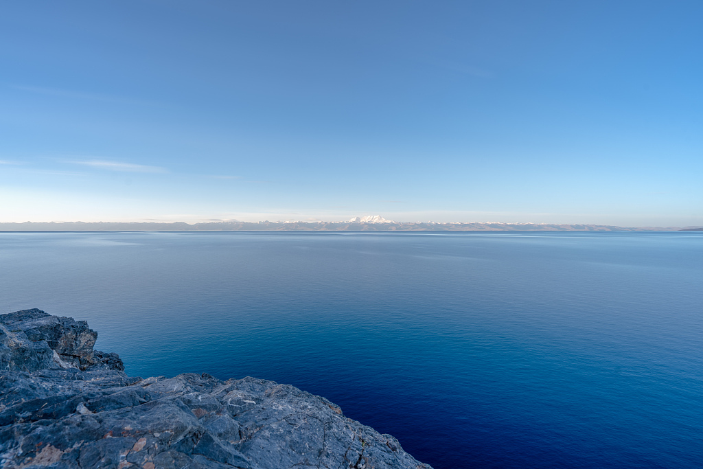 Chinese scientists launch survey on depth of major lake in Tibet