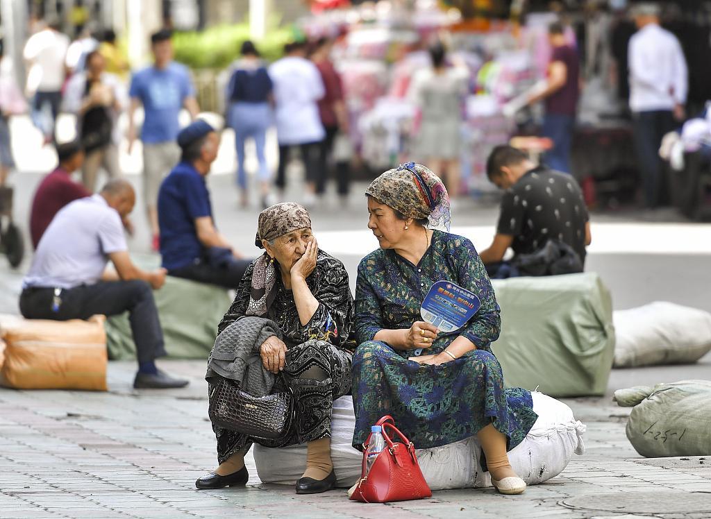 两位新疆妇女在街头交谈 07_5 中新社、视觉中国.jpg