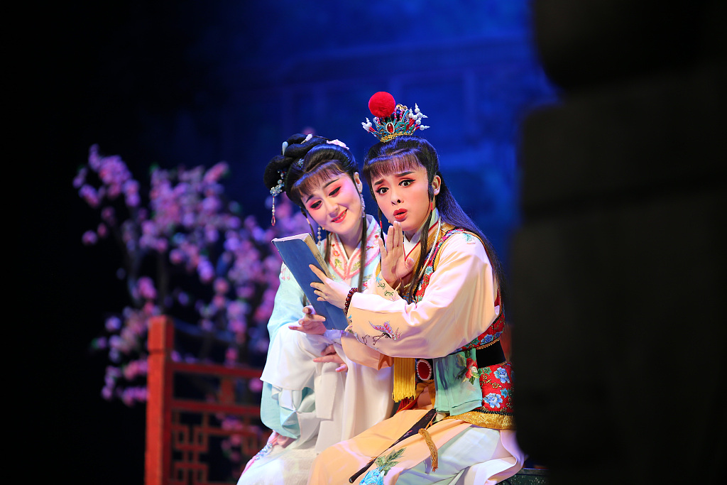 Classic local operas from east China staged in Beijing