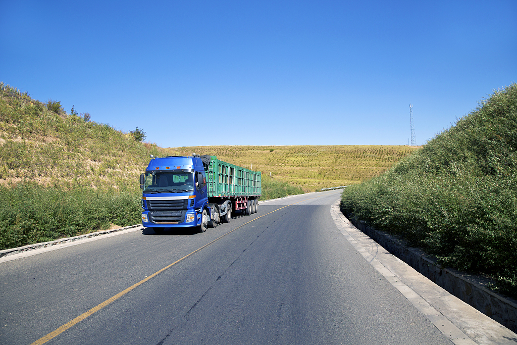 China's road cargo traffic expands steadily in H1