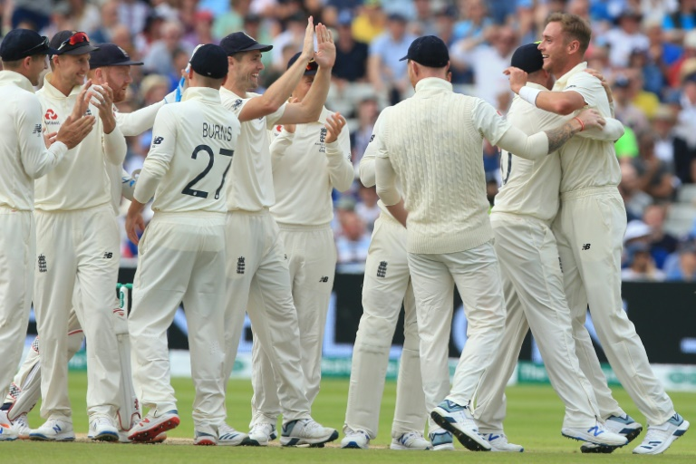 All-rounder Broad stars for England in Ashes opener as Warner falls