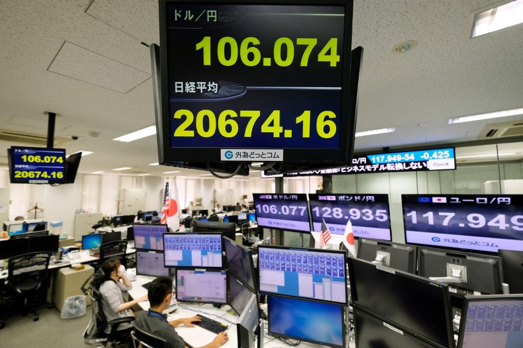 Tokyo stocks plummet in morning on trade concerns, yen's rise