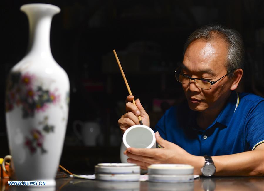 Pic story of inheritor of Jingdezhen porcelain painting in China's Jiangxi