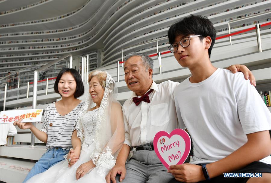 Elderly couples take wedding photos
