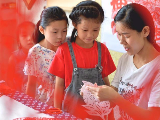 Artist offers free paper cutting class to children during summer vacation in China's Hebei