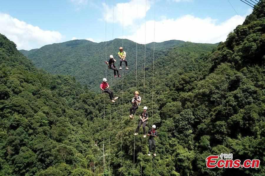 Abseiling from 200-m tall glass bridge in Fujian