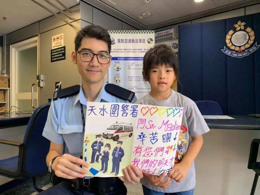 Massive outpourings of support for Hong Kong police