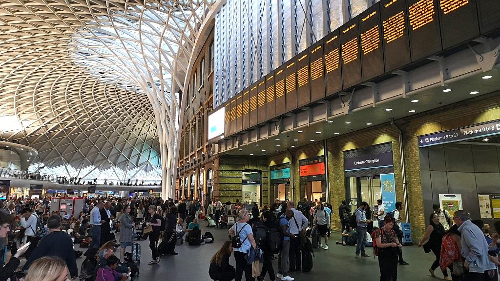 Major power failures affect trains, airports across UK