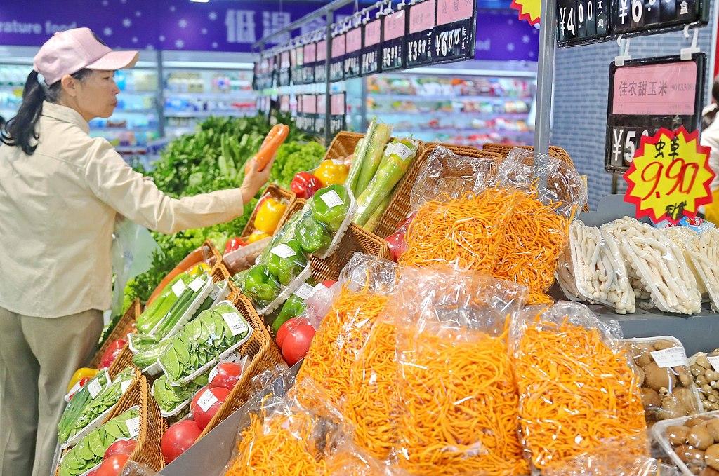 2019年7月10日,市民在河北省秦皇岛市海港区东环路街道辖区一家大型超市内选购商品。.jpg