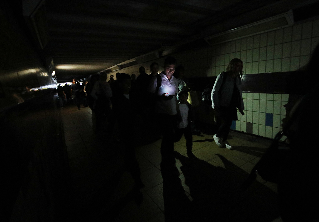Power cut causes 'apocalyptic' rush-hour scenes in UK