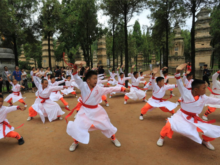 Tourists experience kung fu at Shaolin Temple