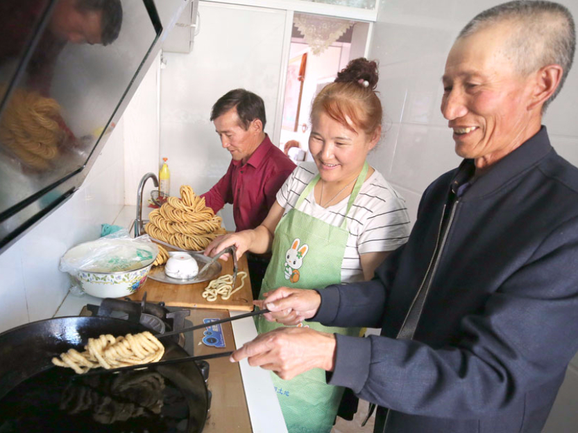 Yurt co-op gives tourists taste of Corban Festival in Xinjiang