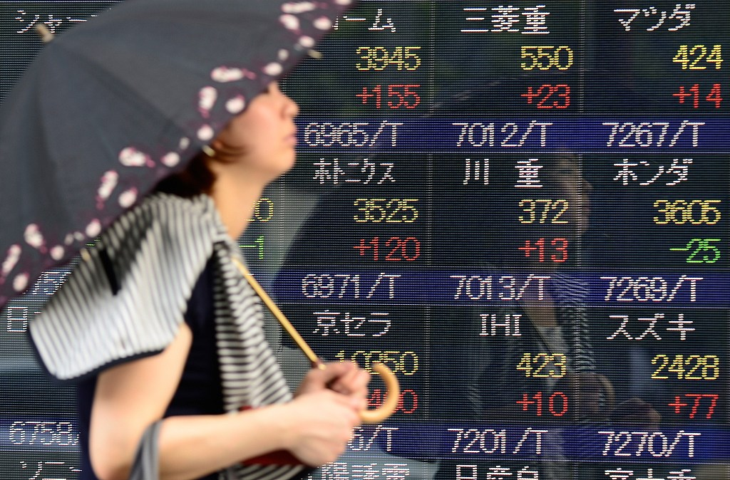 Tokyo stocks advance in morning on eased trade concerns, yen's retreat