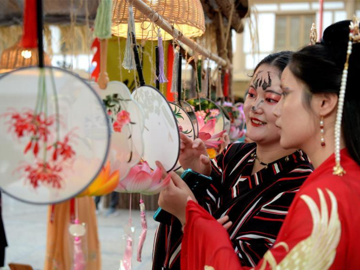 Night fair featuring hand-made cultural creations display, art performances held in China's Xi'an