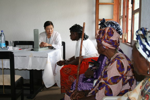 Chinese medical team provides free treatment in rural Cameroon