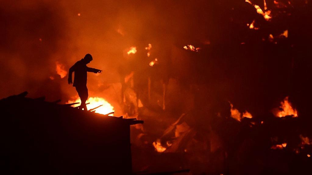Bangladesh fire destroys 15,000 homes in Dhaka slum