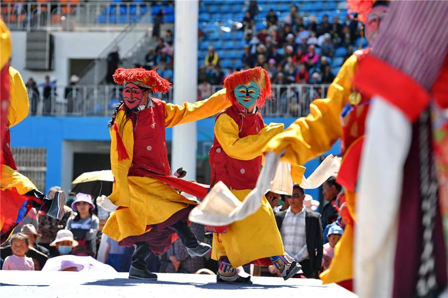 Artists perform Tibetan Opera in cultural festival in Tibet