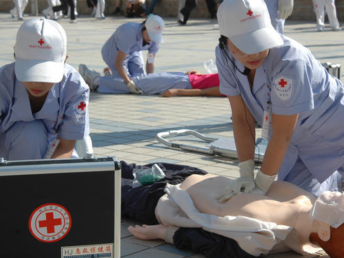 Red Cross experts provide first aid training to Yiwu teachers, students