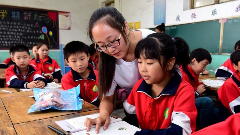 China strengthens compulsory education support for poor students