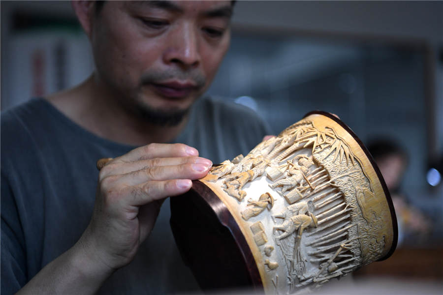 Inheritor makes beauty of Huizhou bamboo carving