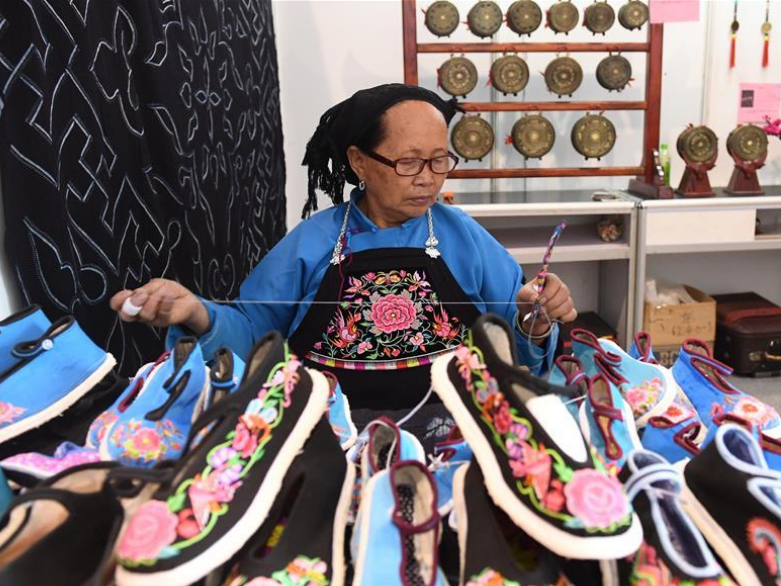 Highlights of exhibition on handicrafts, art works of China's Guangxi