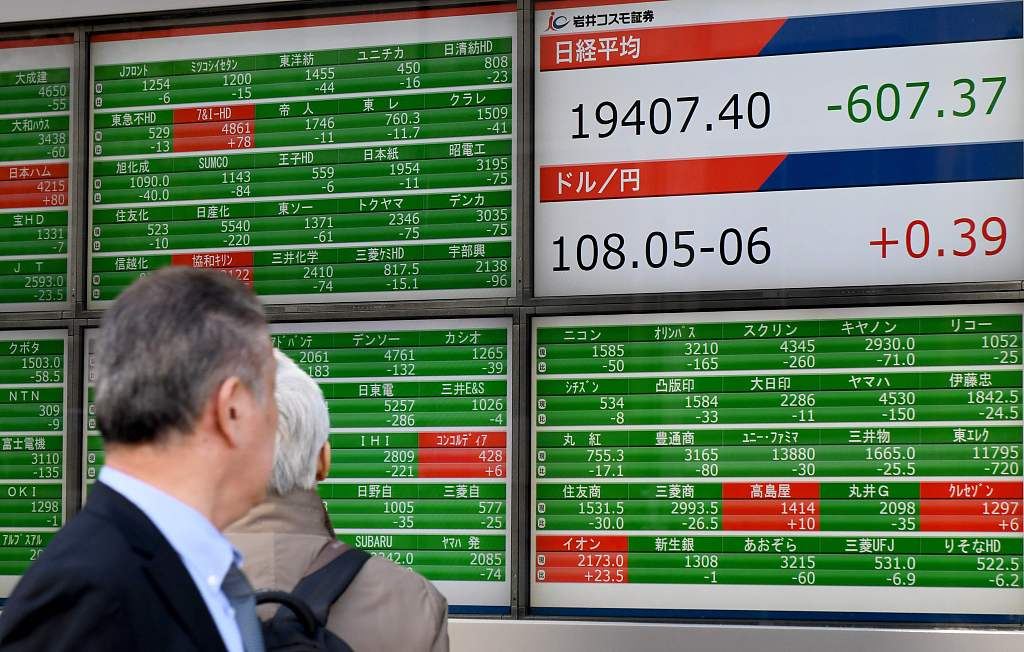 Tokyo stocks closed mixed on buybacks, global economic outlook weighs