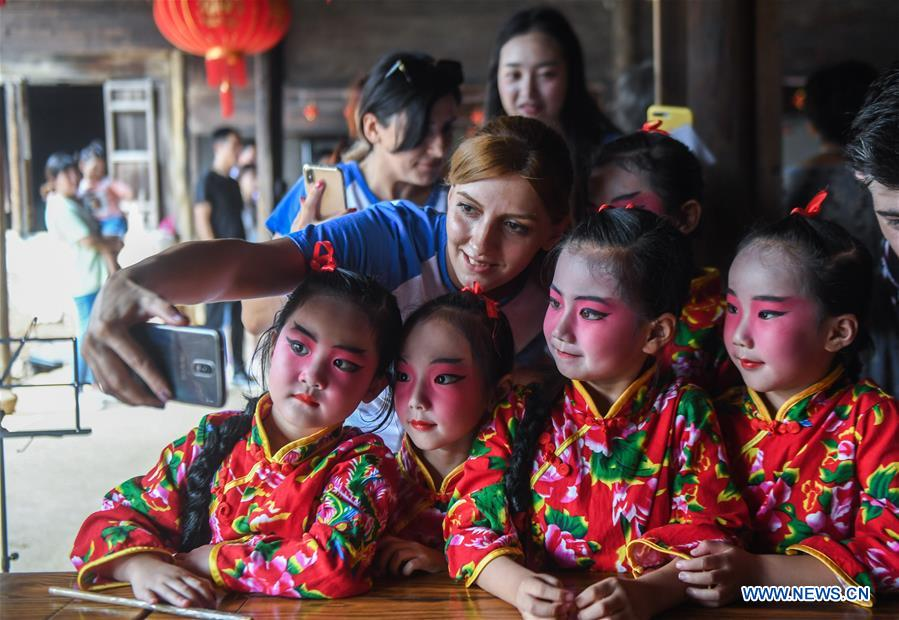 Foreigners learn tradition of upcoming Mid-Autumn Festival in Xiaopu Town, China's Zhejiang