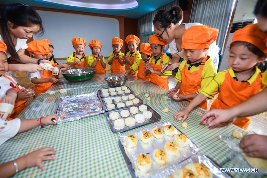 Children take part in various activities to enjoy upcoming Mid-Autumn Festival in Zhejiang