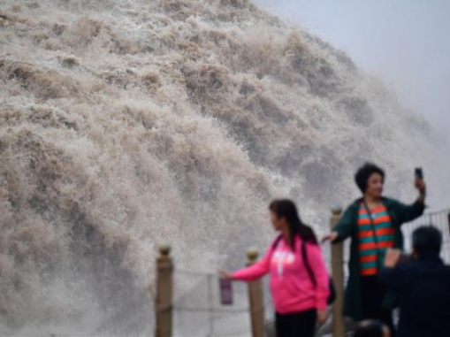 Hukou Waterfall of Yellow River draws visitors
