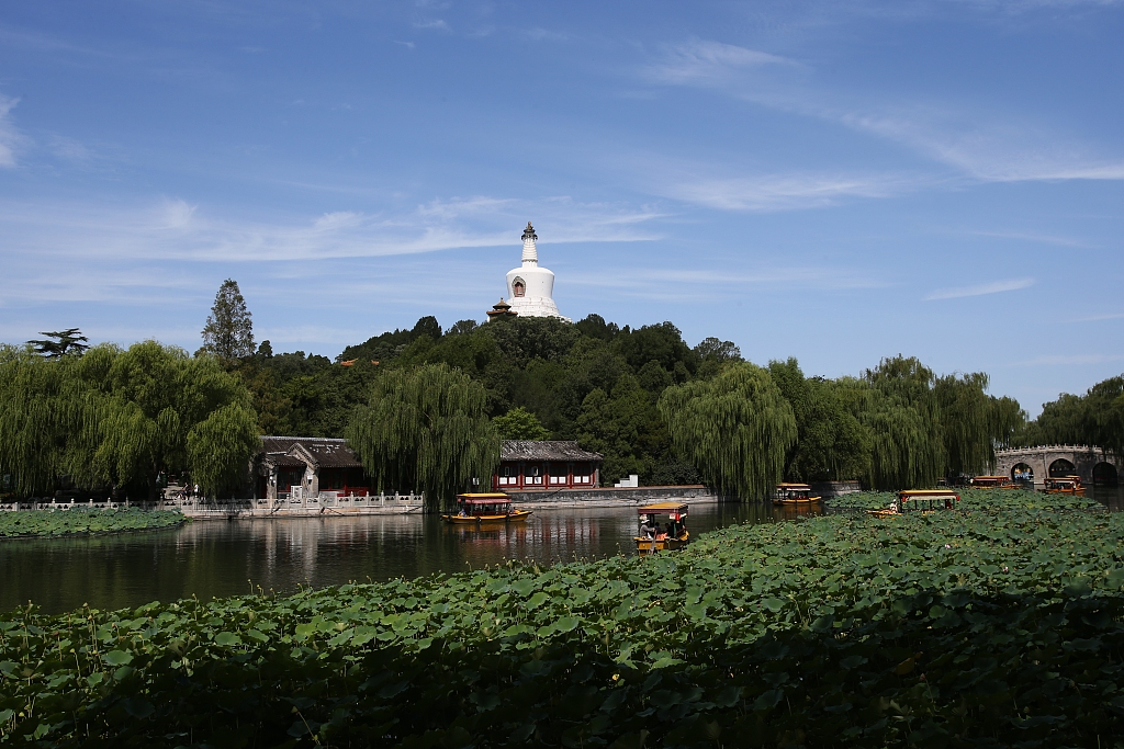 Beijing parks receive over 300,000 holiday visitors