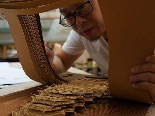 Artist devoted to art of paper carving for 19 years in Jiangxi