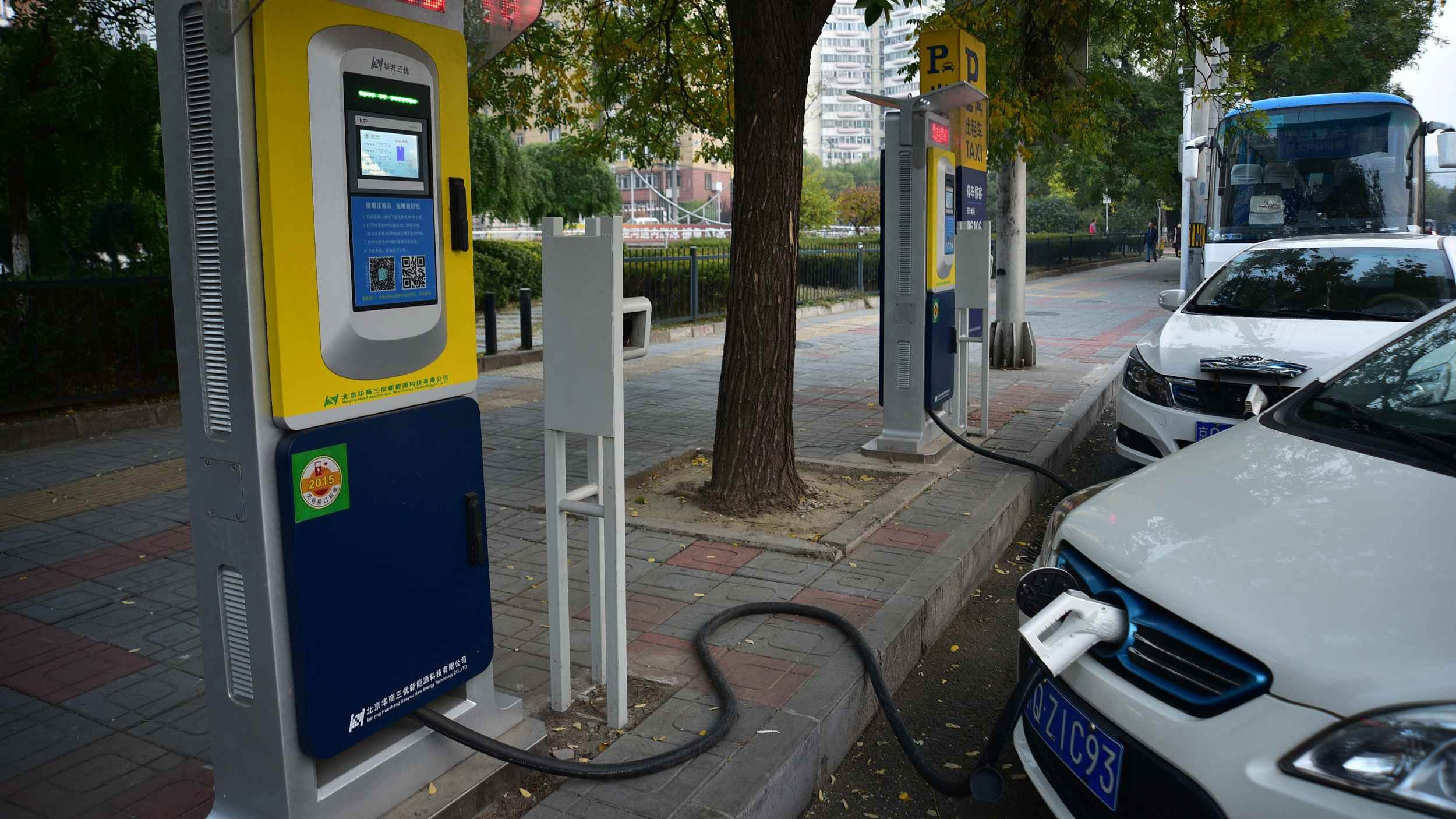 China's electric vehicle charging posts continue steady growth
