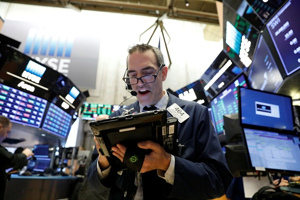 US stocks close lower amid sharp fall in US consumer confidence
