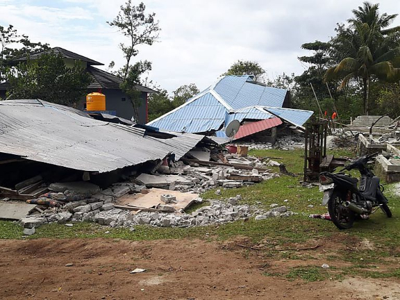Death toll of quake in east Indonesia rises to 30, with 25,000 flee home