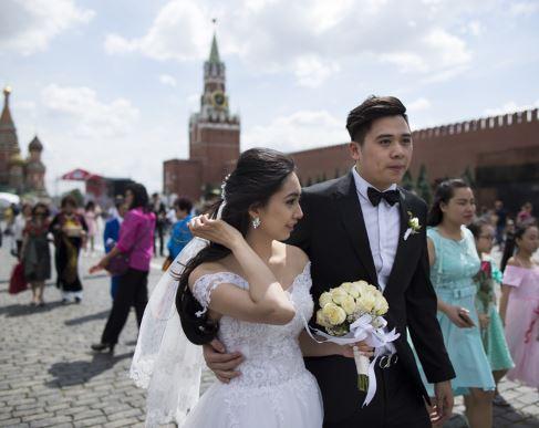 newlyweds (ap).jpg