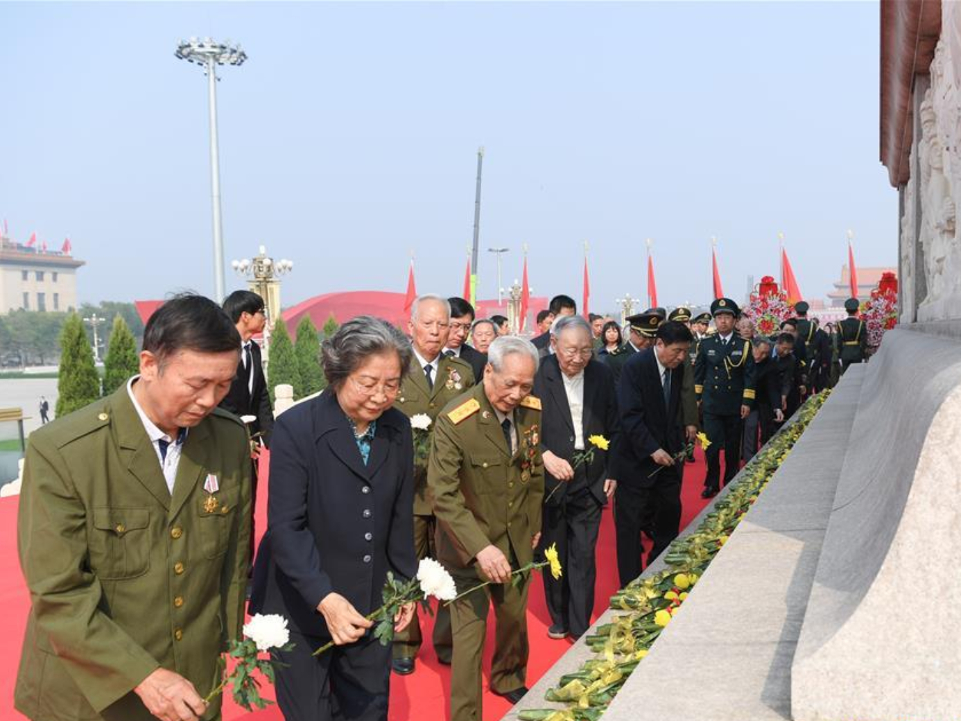 More than 4,000 representatives of public pay tribute to national heroes