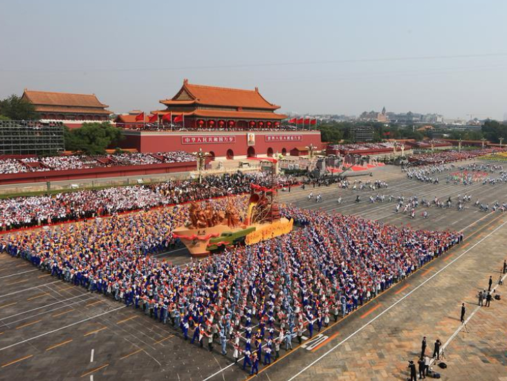 Mass pageantry marches through Tian'anmen Square